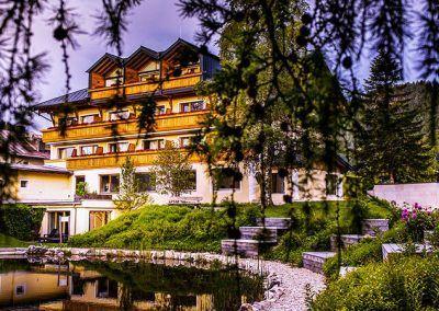 Hotel mit Teich